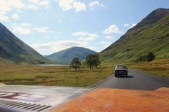 A vista do carro em montanhas escocesas ajardina no verão Fotografia de Stock Royalty Free