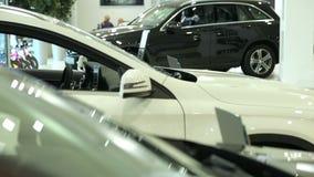 Vista do carro novo da fileira na sala de exposições nova do carro Carros brandnew no estoque Mercado novo dos carros filme