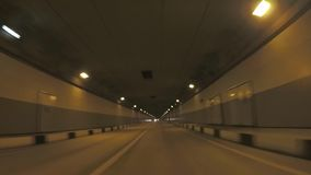 Vista do carro que move sobre o túnel através das montanhas para a vila olímpica cena Sochi, Rússia video estoque