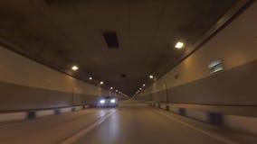Vista do carro que move sobre o túnel através das montanhas para a vila olímpica cena Sochi, Rússia filme