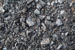 Vista do carvão vegetal que permanece após o fogo, com pregos fundos imagem de stock