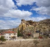 Vista do castelo antigo da rocha na vila de Cavusin perto de Goreme Cappadocia, Turquia imagem de stock