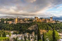 Vista do castelo de Alhambra em Granada no por do sol Foto de Stock