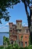 Vista do castelo de Bannerrman no verão, com Hudson River mim Fotos de Stock Royalty Free
