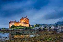 Vista do castelo de Eilean Donan no por do sol em montanhas escocesas fotografia de stock
