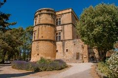Vista do castelo de Lourmarin com o arbusto da alfazema na parte dianteira, perto de Lourmarin Foto de Stock Royalty Free