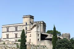 Vista do castelo de Lourmarin em Provence fotografia de stock