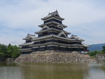 Vista do castelo de madeira preto de Matsumoto em Japão foto de stock royalty free