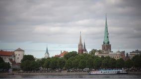 Vista do castelo de Riga - a residência do presidente da cidade velha de Letónia, Riga, Letónia filme