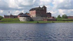 Vista do castelo no close up de Hameenlinna do lago Vanajavesi finland video estoque