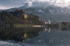Vista do castelo sangrado no Eslovênia imagem de stock