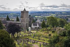 Vista do cemitério atrás da igreja do rude santamente, em Stirling, Escócia, Reino Unido imagem de stock