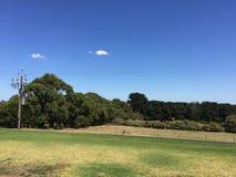 Vista do clube de golfe azul do lago Fotos de Stock Royalty Free
