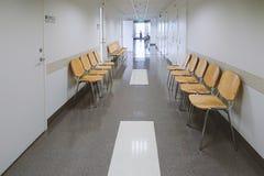 Vista do corredor do polyclinic com muitas portas de armário brancas e em fotos de stock