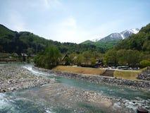 Vista do cruzamento da ponte na vila de Shirakawago Imagem de Stock Royalty Free