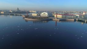 Vista do cuspe do vídeo aéreo da ilha de Vasilievsky St Petersburg, Rússia video estoque