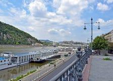 Vista do Danúbio da costa em Budapest em um dia de verão ensolarado imagens de stock