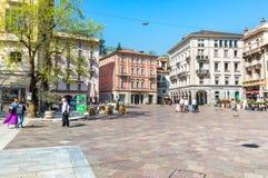 A vista do della Riforma da praça com muitas barras, restaurantes e bistros, é quadrado principal no centro histórico de Lugano foto de stock