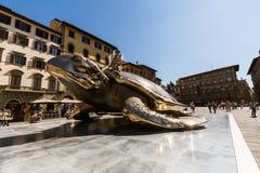 Vista do della Signoria da praça e uma instalação da arte com a fotografia de stock