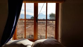 Vista do deserto de Atacama dominado pelo vulc?o de Licancabur, o Chile imagens de stock royalty free