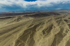 Vista do deserto de Nazca com as estradas que cortam transversalmente fotos de stock royalty free