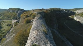 Vista do desfiladeiro em um vale bonito no dia ensolarado tiro Close-up de pedras enormes na parte superior vídeos de arquivo