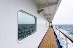 Vista do dia nevoento e do oceano azul da plataforma exterior do navio de cruzeiros, Oceano Atlântico foto de stock royalty free