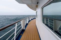 Vista do dia nevoento e do oceano azul da plataforma exterior do navio de cruzeiros, Oceano Atlântico fotos de stock