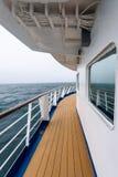 Vista do dia nevoento e do oceano azul da plataforma exterior do navio de cruzeiros, Oceano Atlântico fotografia de stock