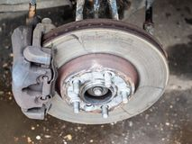 Vista do disco usado do freio no carro velho imagens de stock royalty free
