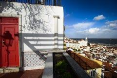 Vista do distrito com uma porta vermelha, Lisboa do alfama, Portugal Imagens de Stock Royalty Free