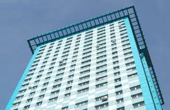 Vista do edifício de apartamento moderno elevado no céu azul Fotos de Stock Royalty Free