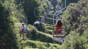 Vista do elevador de cadeira de Solaro da montagem na ilha de Capri (5 de 7) video estoque