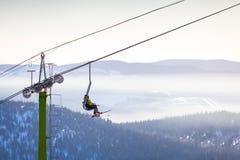 Vista do elevador de esqui e das montanhas neve-tampadas imagem de stock royalty free