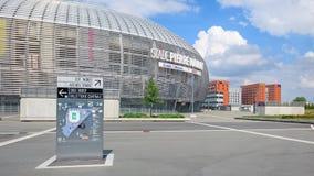 Vista do estádio de futebol novo de Pierre Mauroy e de hotéis novo-construídos Foto de Stock Royalty Free