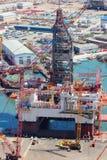 Vista do estaleiro Cáspio e das plataformas petrolíferas em Baku, Azerbaijão fotografia de stock