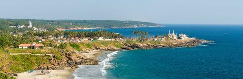 Vista do farol no porto ensolarado da praia e de pesca Fotografia de Stock