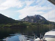 Vista do fiorde da pesca à corrica em Noruega Navigação do iate no mar azul Fjord norueguês Fotos de Stock