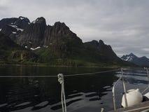 Vista do fiorde da pesca à corrica em Noruega Navigação do iate no mar azul Fjord norueguês Imagem de Stock Royalty Free