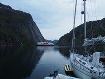 Vista do fiorde da pesca à corrica em Noruega Navigação do iate no mar azul Fjord norueguês Fotos de Stock Royalty Free
