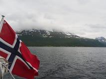 Vista do fiorde da pesca à corrica em Noruega Navigação do iate no mar azul Fjord norueguês Imagens de Stock Royalty Free
