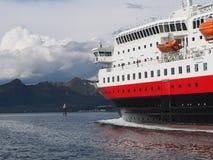 Vista do fiorde em Noruega Navigação do iate no mar azul Norwegiantravel Foto de Stock