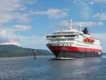 Vista do fiorde em Noruega Navigação do iate no mar azul Norwegiantravel Imagens de Stock Royalty Free