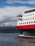 Vista do fiorde em Noruega Navigação do iate no mar azul Norwegiantravel Foto de Stock Royalty Free