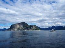 Vista do fiorde em Noruega Navigação do iate no mar azul Norwegiantravel Fotografia de Stock