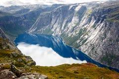 Vista do fjord em Noruega Fiorde da natureza de Noruega foto de stock royalty free