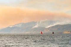 Vista do fumo de três incêndios florestais nas montanhas fotografia de stock royalty free
