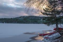 A vista do gelo cobriu o lago e a floresta na montanha de Noruega do sul imagens de stock royalty free