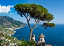 Vista do golfo de Salerno da casa de campo Rufolo, Ravello, Itália imagem de stock royalty free