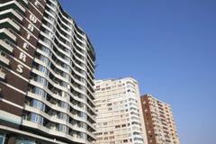 Vista do hotel e de apartamentos altos da elevação contra o céu azul Imagem de Stock Royalty Free